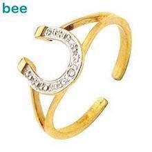 Horse shoe 9 ct toe ring with Diamonds